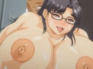 【エロアニメ】 扉の隙間からチンポ挿入アナルセックスしてオシッコお漏らしイキする爆乳人妻